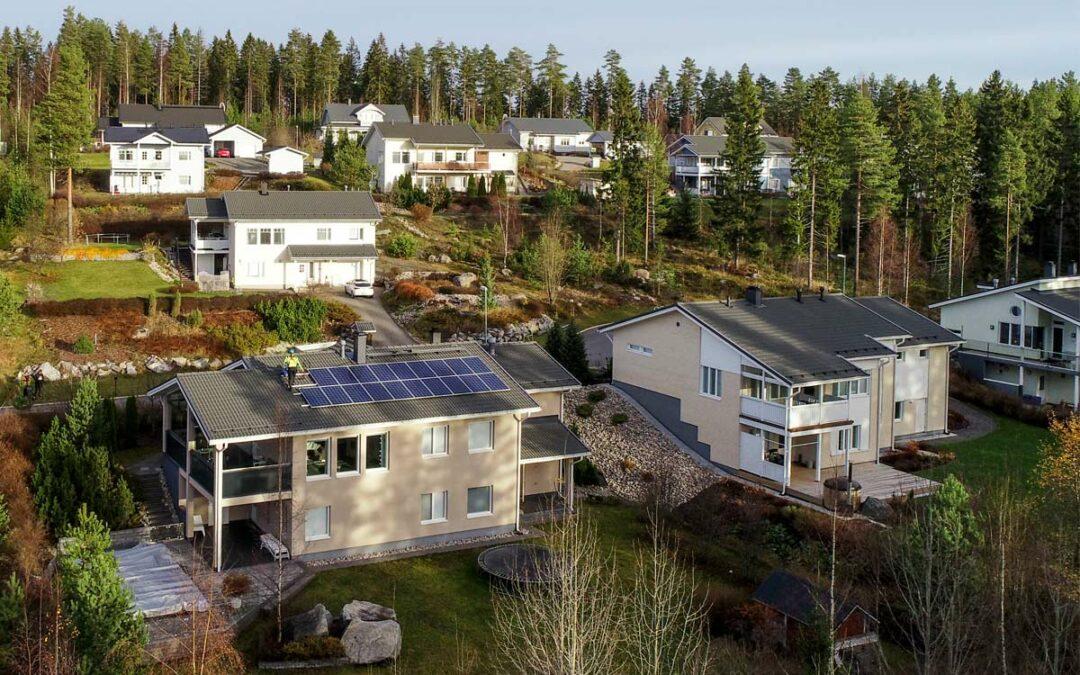 Anttilan kivitalon katto muutettiin aurinkovoimalaksi – Uima-allas lämpenee pian tehokkaasti kevätauringon paisteessa